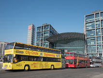 Sighten bussar framme av Berlin Main Station Arkivbilder