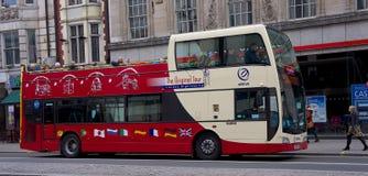 Sighten turnerar bussen i London, UK Arkivfoto