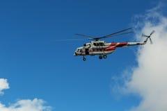 Sighthelikopter MI-8 för turister i den molniga himlen Arkivbild
