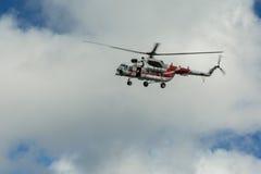 Sighthelikopter MI-8 för turister i den molniga himlen Royaltyfri Bild