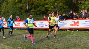 Sightless человек с его сопроводителями пересекает финишную черту в гонке, TCS Lidingoloppet Стоковая Фотография