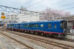 Sightseeing поезд Satoyama Satoumi идет на станцию Nanao Стоковые Изображения