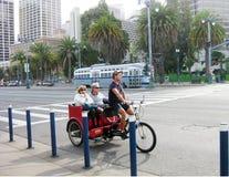 Sightseeing с рикшей на улице Сан-Франциско Стоковая Фотография