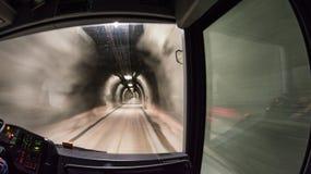Sightseeing шина быстро проходя через тоннель под Kitsteinhorn стоковое фото rf