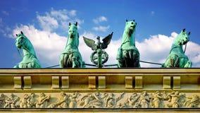 Sightseeing in de hoofdstad van Duitsland De poort van Brandenburg in Berlijn stock videobeelden