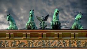 Sightseeing in de hoofdstad van Duitsland De poort van Brandenburg in Berlijn stock video