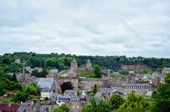 Sightseeing, het kasteel en het fort van de Fougeres het oude stad Het Franse dorp van Bretagne royalty-vrije stock foto