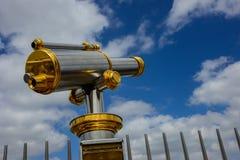 Sightseeing telescópio dourado e de aço fotografia de stock