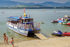 Sightseeing-Tour-Boot auf See Liptovska Mara, Slowakei Stockfotos