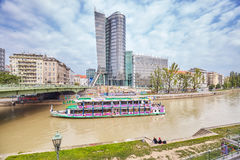 Sightseeing-Tour-Schiff auf dem Kanal Donaukanal Donau, ehemaliger Arm des Flusses Donau Stockfotos