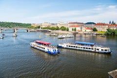 Sightseeing-Tour von Prag, Tschechische Republik vom Fluss Lizenzfreie Stockfotografie