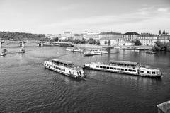 Sightseeing-Tour von Prag, Tschechische Republik vom Fluss Stockfotos