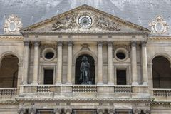 Sightseeing van Parijs Façade van de Nationale Woonplaats van Invalids Standbeeld van Napoleon in het hof stock foto's