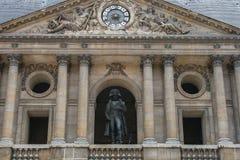 Sightseeing van Parijs Façade van de Nationale Woonplaats van Invalids Standbeeld van Napoleon in het hof royalty-vrije stock foto's