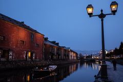 Sightseeingsroeien op het kanaal van de stad Otaru, Japan stock fotografie