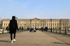 Sightseers пересекая длинный деревянный мост, Париж, Францию, 2016 Стоковые Фотографии RF