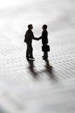 Sigillamento della transazione di affari con una stretta di mano Fotografia Stock