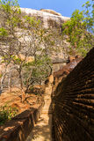 Sigiriya狮子的岩石堡垒台阶和废墟  免版税库存图片