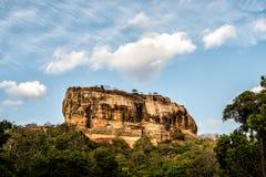 Sigiriya är lejonet vaggar och fästningen i himmel Royaltyfri Foto