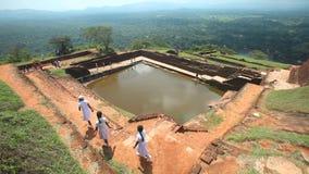 SIGIRIYA, ШРИ-ЛАНКА - ФЕВРАЛЬ 2014: Взгляд верхней части крепости утеса в Sigiriya с ногами человека в визировании Sigiriya старо акции видеоматериалы