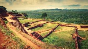 Sigiriya Felsen Beschneidungspfad eingeschlossen Panorama lizenzfreie stockfotografie