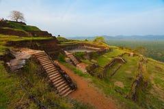 Sigiriya Felsen-Oberseiten-Gipfel-terassenförmig angelegte Ruinen Stockfotos