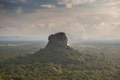 Sigiriya Lion Rock fästning, sikt från Pidurangala, Sri Lanka arkivbild