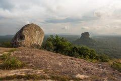 Sigiriya Lion Rock fästning, sikt från Pidurangala, Sri Lanka arkivfoton