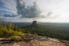 Sigiriya Lion Rock fästning, sikt från Pidurangala, Sri Lanka royaltyfri foto