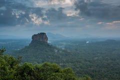 Sigiriya Lion Rock fästning, sikt från Pidurangala, Sri Lanka Royaltyfri Bild
