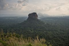 Sigiriya Lion Rock fästning, sikt från Pidurangala, Sri Lanka arkivbilder