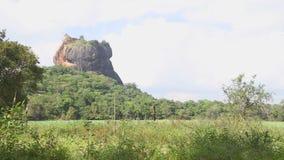 SIGIRIYA, SRI LANKA - FEBRUAR 2014: Ansicht der Felsen-Festung in Sigiriya, ein alter Palast gelegen im zentralen Matale Distri stock footage