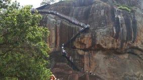 SIGIRIYA, SRI LANKA - FEBRUAR 2014: Die Ansicht des Aufstiegs zur Felsen-Festung in Sigiriya, ein alter Palast gelegen im Cent stock video footage