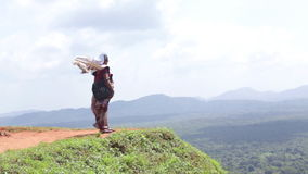 SIGIRIYA, SRI LANKA - FEBRUAR 2014: Frau, welche die Ansicht über Sigiriya, einen alten Palast gelegen im zentralen Matale Distri stock footage