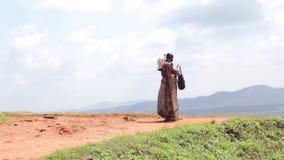 SIGIRIYA, SRI LANKA - FEBRUAR 2014: Frau, welche die Ansicht über Sigiriya, einen alten Palast gelegen im zentralen Matale Distri stock video footage