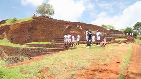 SIGIRIYA, SRI LANKA - FEBRUAR 2014: Leute auf die Oberseite der Felsen-Festung in Sigiriya, ein alter Palast gelegen in der Zentr stock video footage