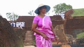 SIGIRIYA, SRI LANKA - FEBRUAR 2014: Leute, die vorbei auf die Oberseite der Felsen-Festung in Sigiriya, ein alter Palast gelegen  stock video