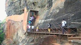 SIGIRIYA, SRI LANKA - FEBRUAR 2014: Leute, die zur Spitze der Felsen-Festung in Sigiriya, ein alter Palast gelegen in klettern stock video footage