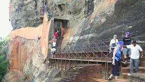 SIGIRIYA, SRI LANKA - FEBRUAR 2014: Leute, die zur Spitze der Felsen-Festung in Sigiriya, ein alter Palast gelegen in klettern stock video