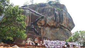 SIGIRIYA, SRI LANKA - FEBRUAR 2014: Leute und die Felsen-Festung in Sigiriya, ein alter Palast gelegen im zentralen Matale DIS stock footage