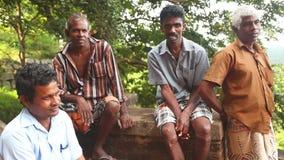 SIGIRIYA, SRI LANKA - FEBRUAR 2014: Lokale Arbeitskräfte, die in Sigiriya stillstehen Der Standort setzt viele Einheimischen ein, stock video footage
