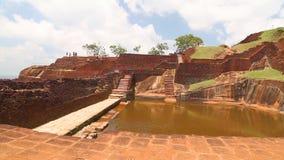 SIGIRIYA, SRI LANKA - FEBRUAR 2014: Pan schoss von der Spitze der Felsen-Festung in Sigiriya, ein alter Palast, der in den Zentre stock video footage