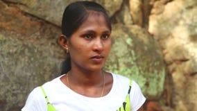 SIGIRIYA, SRI LANKA - FEBRUAR 2014: Porträt der Frau in Sigiriya, ein alter Palast gelegen im zentralen Matale-Bezirk stock video footage