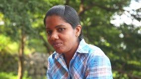 SIGIRIYA, SRI LANKA - FEBRUAR 2014: Porträt der lokalen berufstätiger Frau in Sigiriya Der Standort setzt viele Einheimischen ein stock video footage