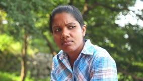 SIGIRIYA, SRI LANKA - FEBRUAR 2014: Porträt der lokalen berufstätiger Frau in Sigiriya Der Standort setzt viele Einheimischen ein stock video