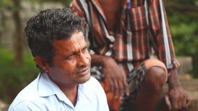 SIGIRIYA, SRI LANKA - FEBRUAR 2014: Porträt des lokalen Mannes in Sigiriya Der Standort setzt viele Einheimischen ein, die ihre F stock video footage