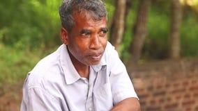 SIGIRIYA, SRI LANKA - FEBRUAR 2014: Porträt des lokalen Mannes in Sigiriya Der Standort setzt viele Einheimischen ein, die ihre F stock footage