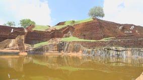 SIGIRIYA, SRI LANKA - FEBRUAR 2014: Schüler, welche die Spitze der Felsen-Festung in Sigiriya, ein alter Palast gelegen im Cer be stock video footage