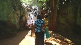 SIGIRIYA, SRI LANKA - FEBRUAR 2014: Schulen Sie die Mädchen, die Sigiriya, einen alten Palast besuchen, der nahe im zentralen Mat stock video footage