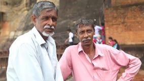 SIGIRIYA, SRI LANKA - FEBRUAR 2014: Zwei lokale Arbeitskräfte in Sigiriya Der Standort setzt viele Einheimischen ein, die ihre Fa stock video